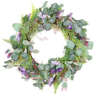 Proutěný věnec zdobený umělými květinami a kapradím
